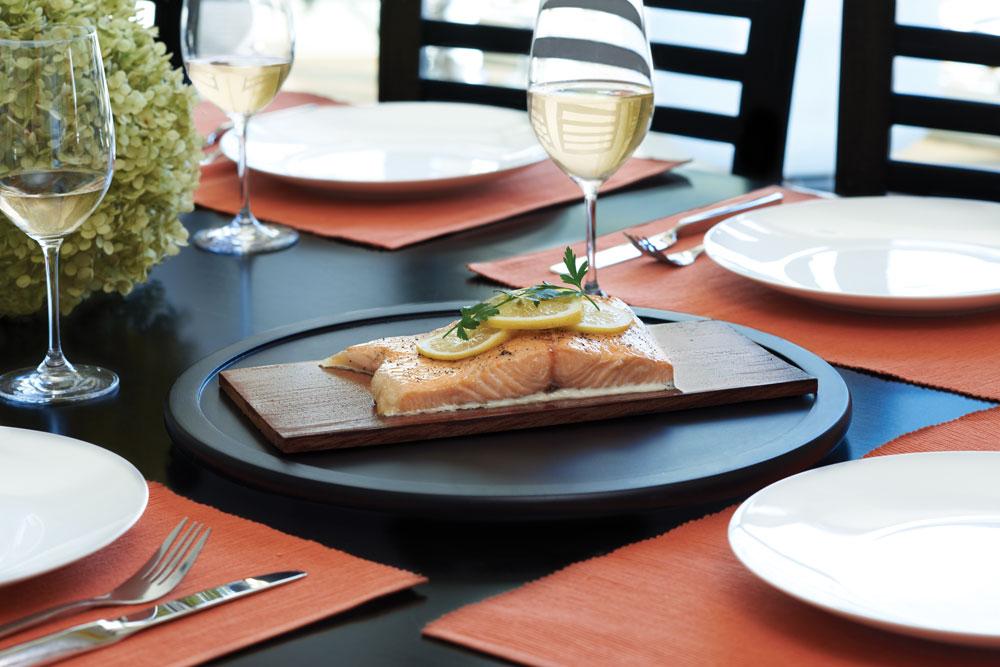 Donnez un délicieux goût de vin à vos viandes avec la planche de cèdre imbibée de vin Napoléon