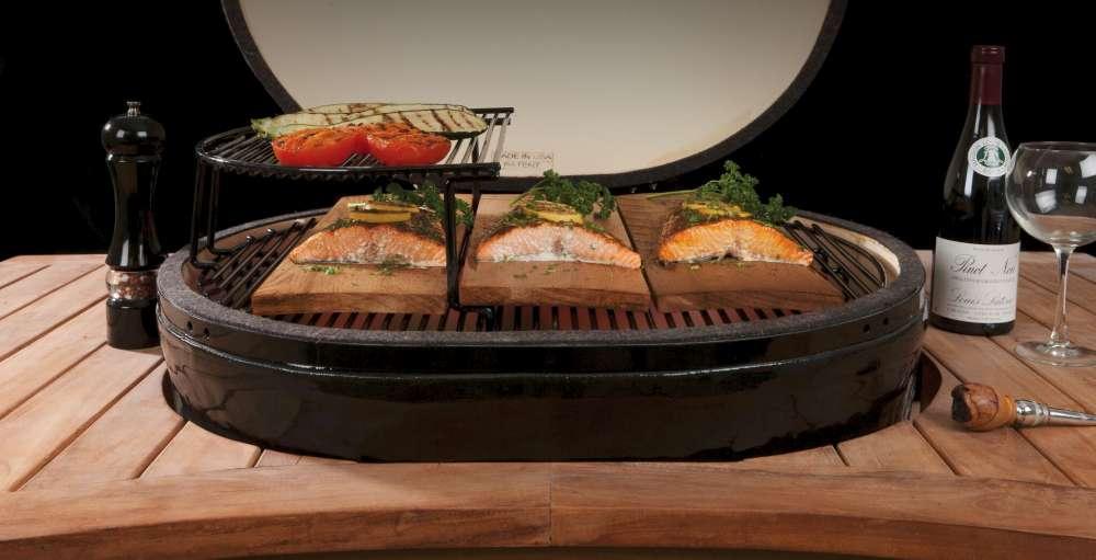Saumon grillant sur un barbecue en céramique de marque Primo
