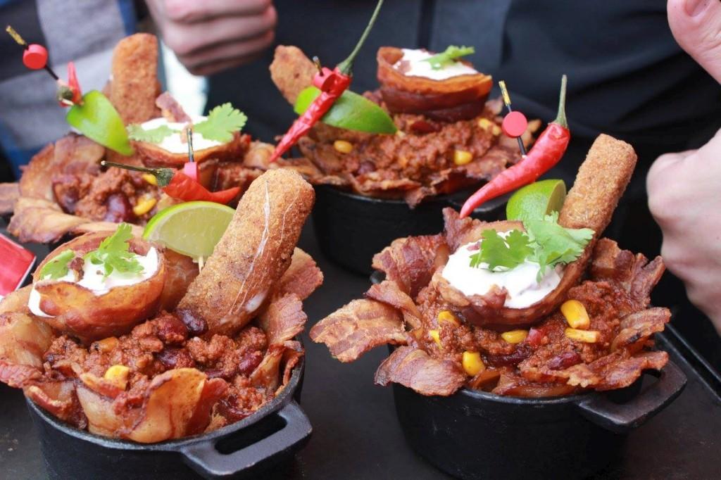 Quelques créations de chili préparées sur le barbecue durant le tailgate du Booster Club du Rouge et Or football.