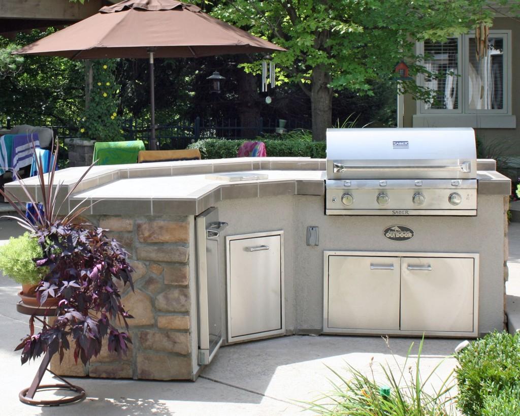 Housewarmings Outdoor – îlot de cuisine extérieure clé en main avec un barbecue et les électroménagers