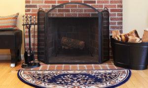 Neuf outils indispensables avec un foyer au bois