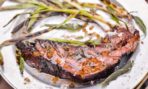 « Steaks» de brisket avec beurre à l'échalote et à la sauge de Steven Raichlen