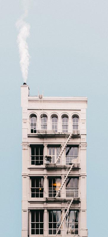 Image de Jeffrey Czum, pexel - Bel immeuble avec cheminée, dois-je louer pour nettoyer ma cheminée?