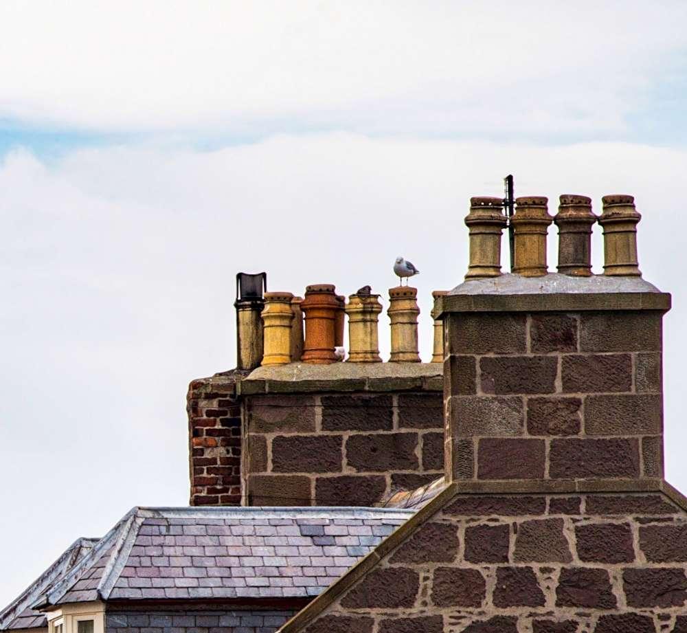 Vieille cheminée en terre cuite et en brique,  Puis-je changer l'angle de mon conduit de cheminée? Puis-je installer une cheminée à angle?