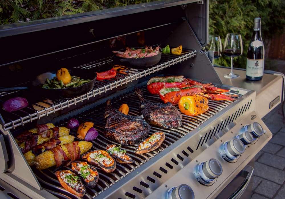 Viande légumes sur gril pour BBQ avec distanciation sociale. Comment tenir le meilleur BBQ de distanciation sociale de l'été!