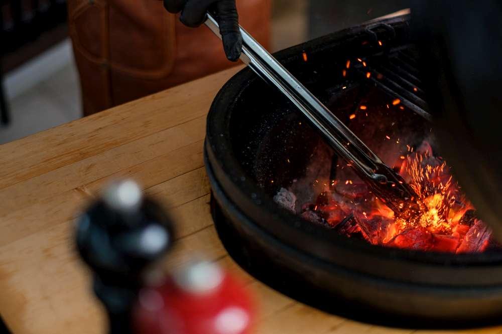 BBQ de style Kamado. Cuisiner sur du charbon de bois lentement et à basse température (low n slow). Comment cuire des côtes levées de porc sur le BBQ?