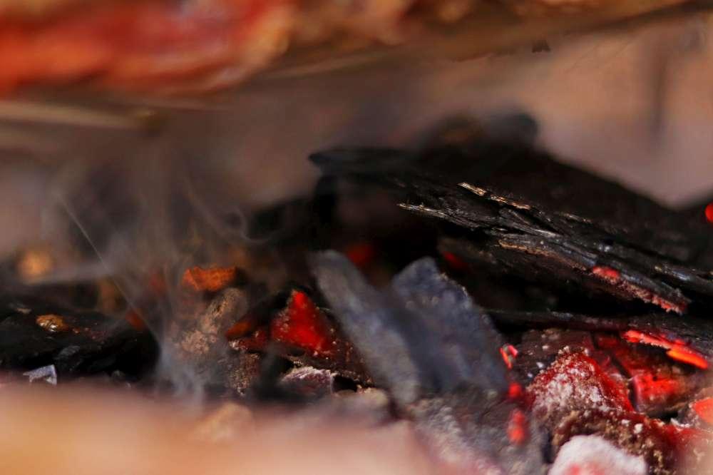 Les copeaux de bois sur le charbon donne une touche particulière à vos mets. Comment cuire des côtes levées de porc sur le BBQ lentement et à basse température?